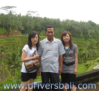 ketut maryana and our guest at tegalalang rice terrace